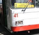 В Туле на проспекте Ленина троллейбус затолкал внедорожник в кусты