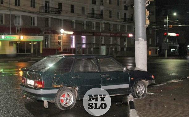 ВАЗ влетел в столб на пр. Ленина в Туле