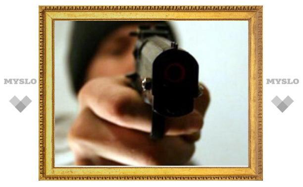 Под Тулой преступник, угрожая девушке пистолетом, требовал отвезти его в город