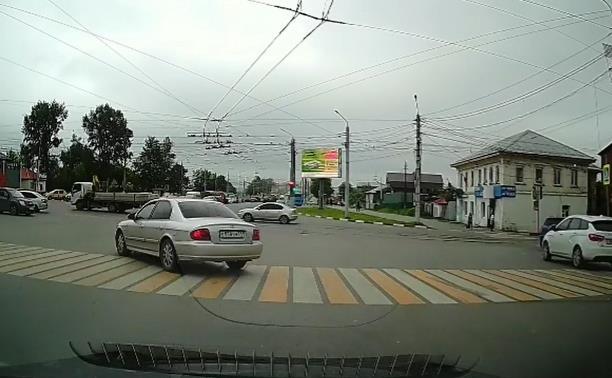 «Накажи автохама»: «торопыга» рванул через перекрёсток на красный свет