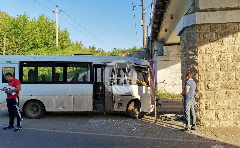 На Алексинском шоссе в Туле пассажирский автобус врезался в опору моста