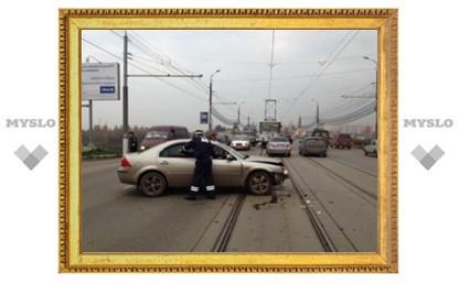 В Туле две столкнувшиеся иномарки остановили движение трамваев