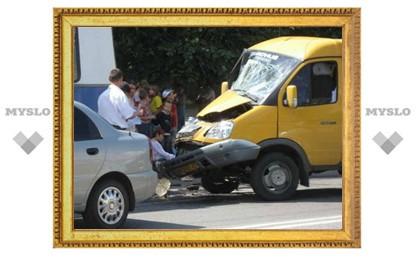 В Туле столкнулись маршрутка, троллейбус и иномарка