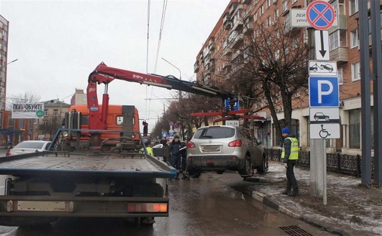 Полицейские штрафуют нарушителей, припарковавшихся на местах для инвалидов