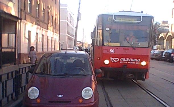 Автоледи перекрыла движение трамваев
