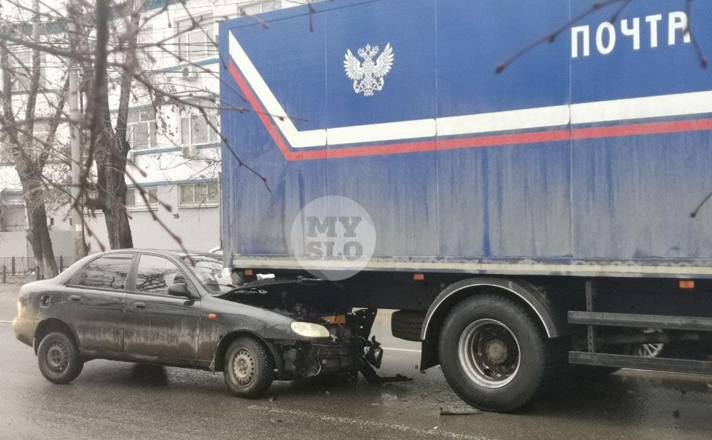В Туле легковушка влетела в фургон «Почты России»