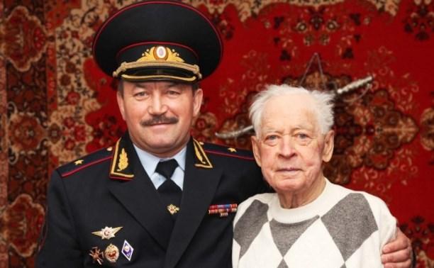 Начальник УМВД поздравил с юбилеем ветерана ОВД Тульской области Александра Смолина