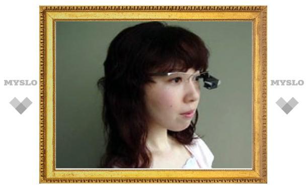 NEC выпустит очки с субтитрами. Они смогут распознавать речь и передавать ее перевод на сетчатку глаза