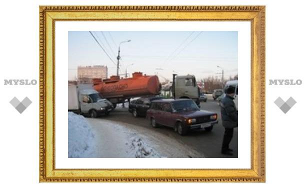 На проспекте Ленина бензовоз столкнулся с тремя легковушками