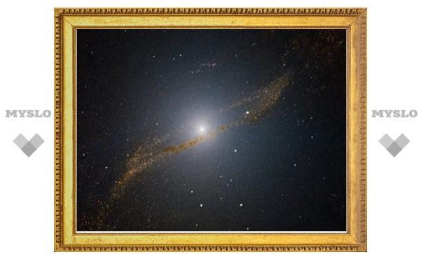 Астрономы сфотографировали галактику-каннибала