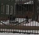 Нападение четырех взрослых мужчин на школьника сняли на видео