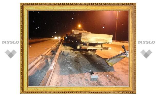 """Под Тулой грузовик врезался в снегоуборочный """"КамАЗ"""""""
