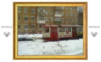 Трамвай снес зеркало неправильно припаркованному автомобилю