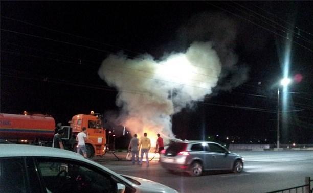 Ночью на Пролетарском мосту поливальщик потушил горящую «Копейку»