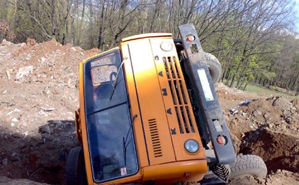 Водитель КамАЗа решил опрокинуть свою машину, чтобы не протаранить другие автомобили