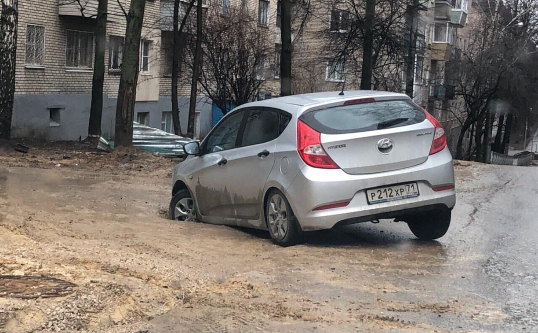 Очередной провал дороги на ул. Софьи Перовской в Туле: в яму провалился автомобиль
