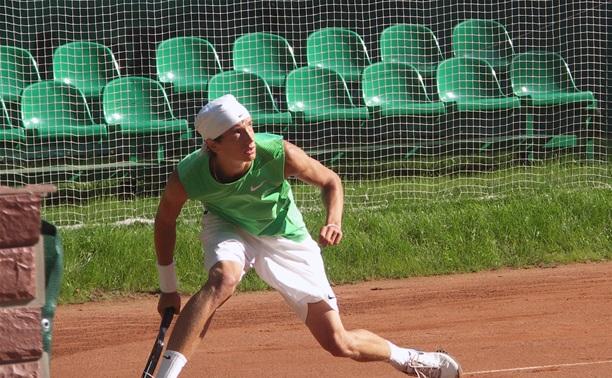 Теннисист из Тулы не сумел выйти в четвертьфинал турнира в Барселоне