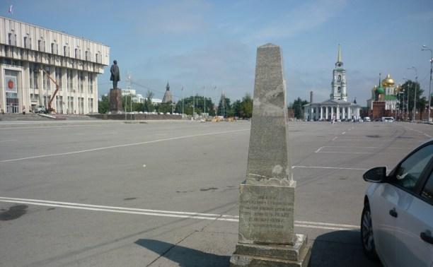 Вандалы изуродовали стелу на площади Ленина