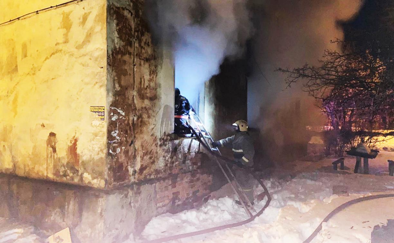 При пожаре в расселенном бараке Новомосковска пострадал человек