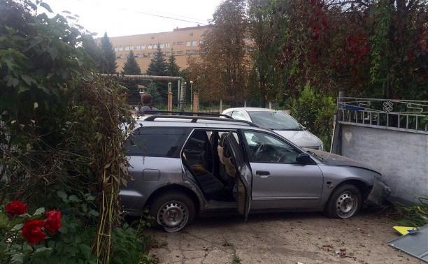 В Новомосковске легковой автомобиль протаранил забор