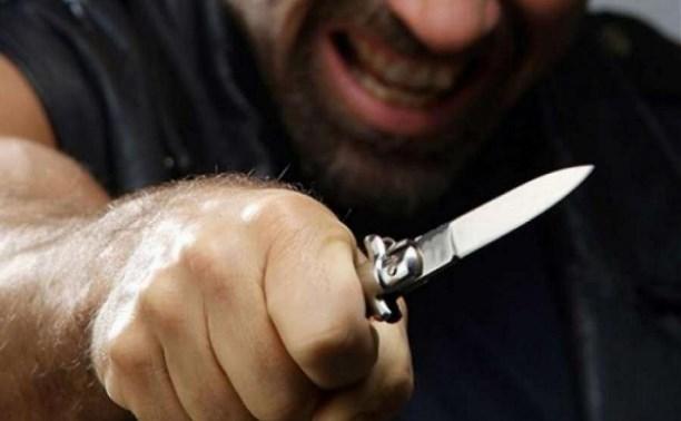 Житель Новомосковска пытался зарезать мужчину из-за места в очереди за спиртным