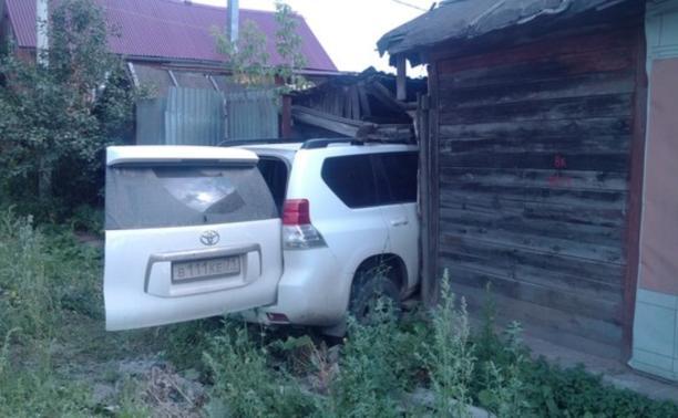 На ул. Кирова внедорожник въехал в деревянный дом