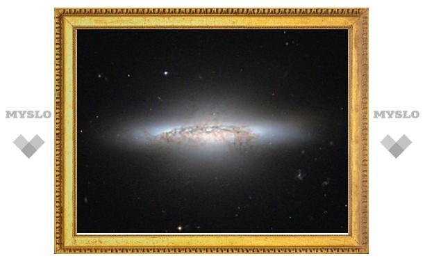 """Хаббл"" запечатлел линзовидную галактику"
