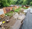 Водопад с крыш и оползень: в Привокзальном районе Тулы затопило улицу и гаражный кооператив