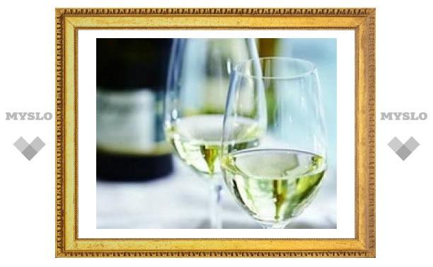 Белое вино образует пятна на зубах