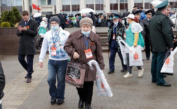 На параде Победы тульским ветеранам помогали волонтеры