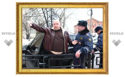 Водитель Range Rover, которого 2,5 часа пытались вытащить из машины, получил штраф в 1000 рублей
