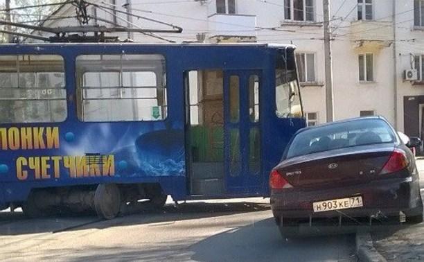 На улице Михеева трамвай сошел с рельсов
