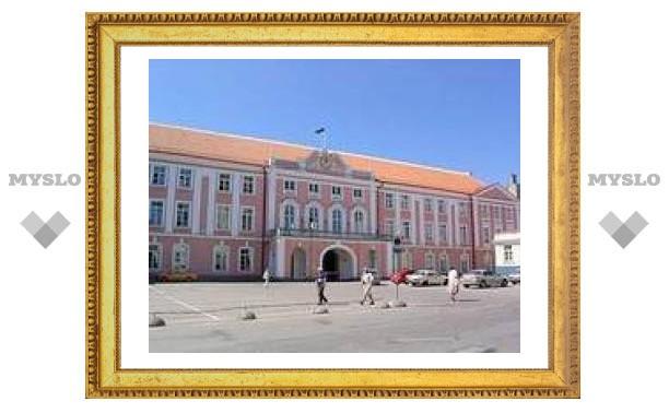 Из эстонского парламента выставили группу пьяных школьников