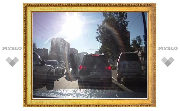 Некоторые тульские водители объезжают пробки по тротуару