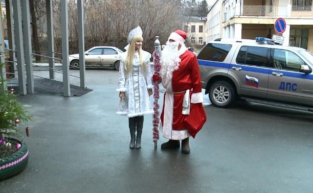 Сотрудники тульского УГИБДД подарили пострадавшим в ДТП детям новогодние подарки