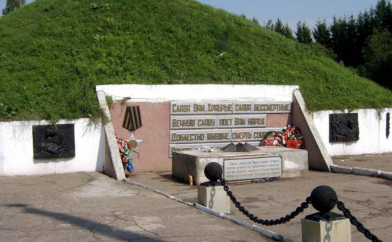 В Алексине пара распивала алкоголь прямо на кургане Славы: видео