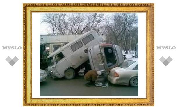 В Новосибирске на светофоре 18-тонный автокран раздавил 17 автомобилей
