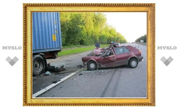 Под Тулой иномарка протаранила грузовик
