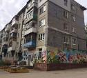 Тульский райтер Юля Засыпкина украсила цветами и бабочками дом на ул. Калинина