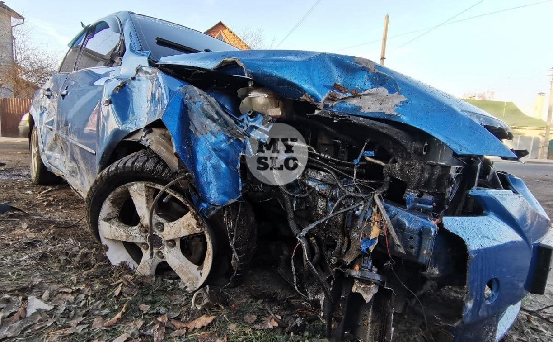 В Туле Mazda сбила рябину и влетела в припаркованный Peugeot
