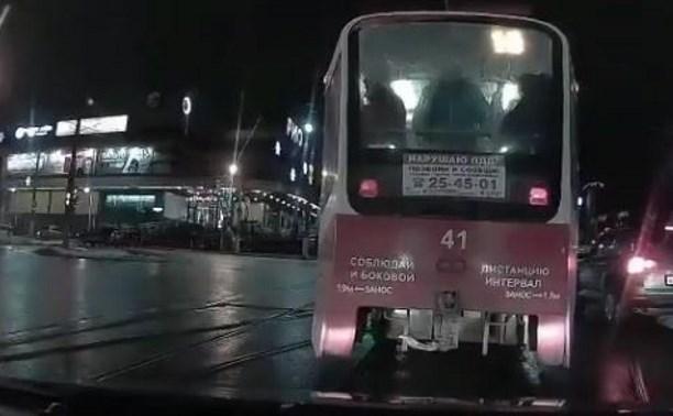 В Туле возле ТЦ «Рио» трамвай задом въехал в автомобиль и уехал: видео