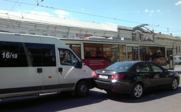 В центре Тулы маршрутка столкнулась с иномаркой