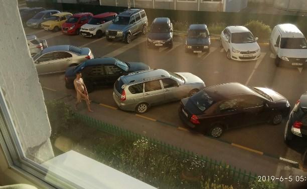 Очевидцы: в Гарнизонном проезде в Туле голый парень прыгал по автомобилям и кричал