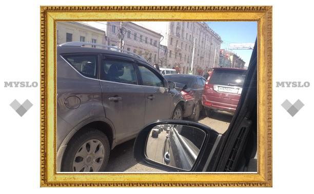 На проспекте Ленина в Туле столкнулись три иномарки
