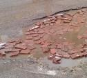 Жители Липок самостоятельно заделали ямы на дорогах города кирпичами