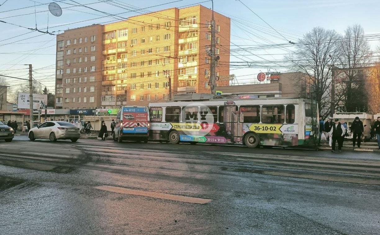 На Зеленстрое ДТП с участием маршрутки и троллейбуса собрало серьезную пробку
