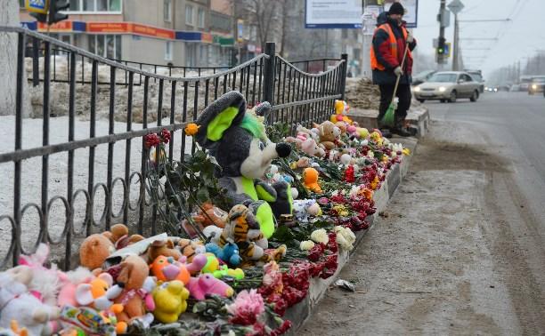 С места смертельной аварии на улице Пузакова убрали игрушки и цветы