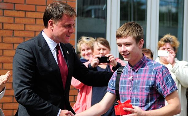 Владимир Груздев вручил ключи от новых квартир детям-сиротам