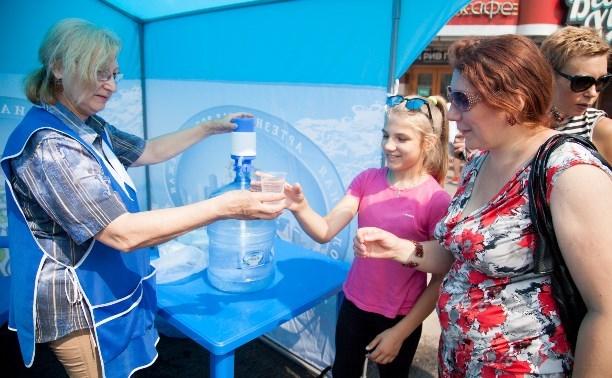 На улицах Тулы продолжается раздача питьевой воды