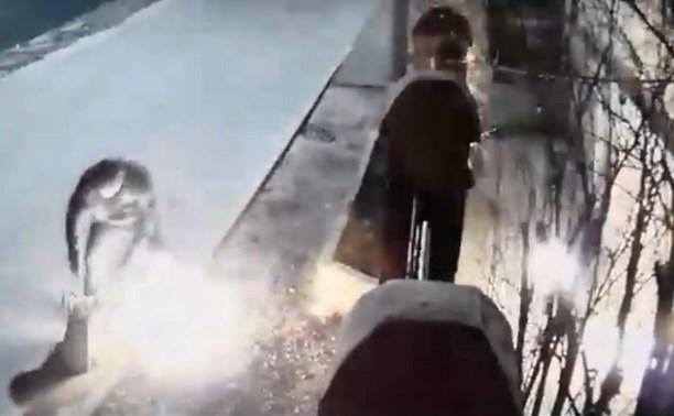 Неизвестный поджег дом на улице Лескова в Туле: видео